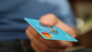 Klesnou poplatky za platbu kartou